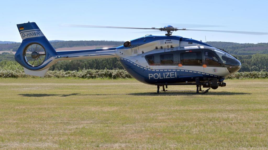 05.08.2020, Nordrhein-Westfalen, Iserlohn: Ein Hubschrauber der Polizei steht am Flughafen Iserlohn-Rheinermark, nachdem hier ein Leichtflugzeug abgestürzt war. In dem Kleinflugzeug sollen laut Behördenangaben zwei Menschen gesessen haben. Nach WDR-