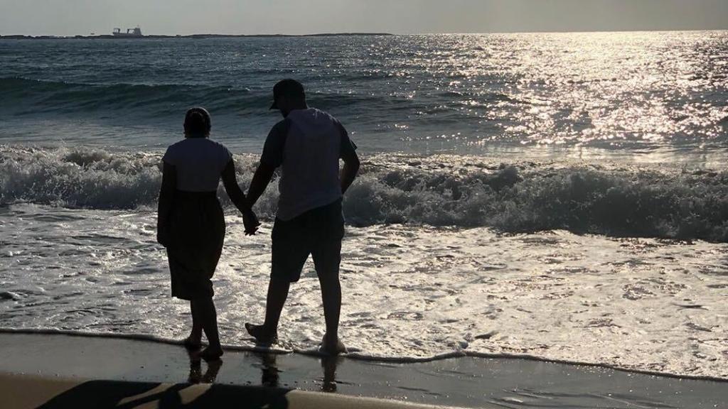 Jasmin Omeirat und ihr Freund am Strand