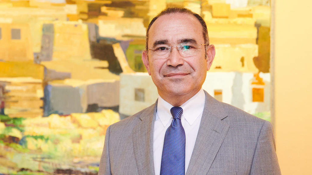 ARCHIV - 05.08.2020, Berlin: Khaled Galal Abdelhamid, ägyptischer Botschafter in Deutschland, steht in seinem Büro. Nach der teilweisen Aufhebung der Reisewarnung für die Türkei verlangt auch Ägypten von der Bundesregierung eine solche Entscheidung f