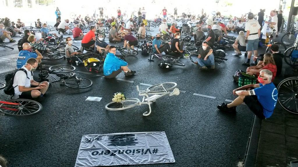 Mahnwache in Berlin für verstorbenen Radfahrer.