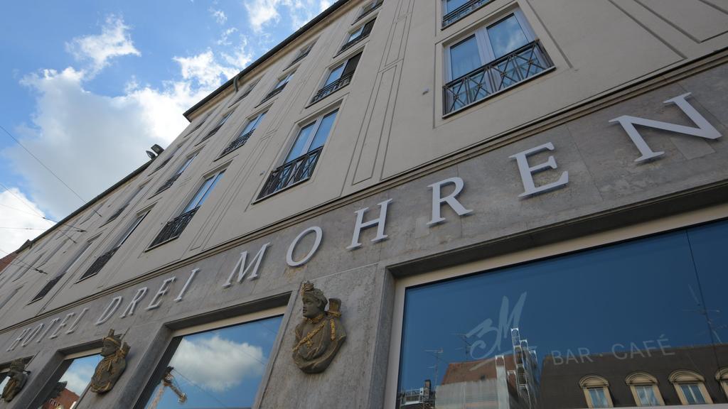 In der Maximilianstraße steht an der Fassade eines Hotels der Name. Nach jahrelangen Diskussionen über den Hotelnamen wird sich Augsburgs bekanntes Luxushotel «Drei Mohren» umbenennen. Das Haus werde künftig «Maximilian·