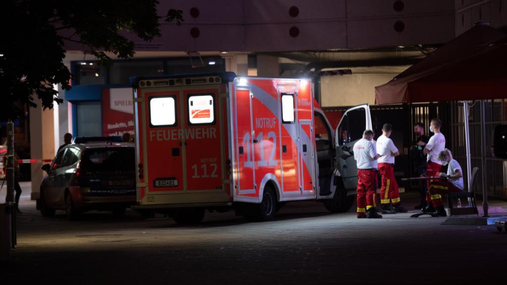Ein Krankenwagen steht vor dem Fernsehturm in Berlin.