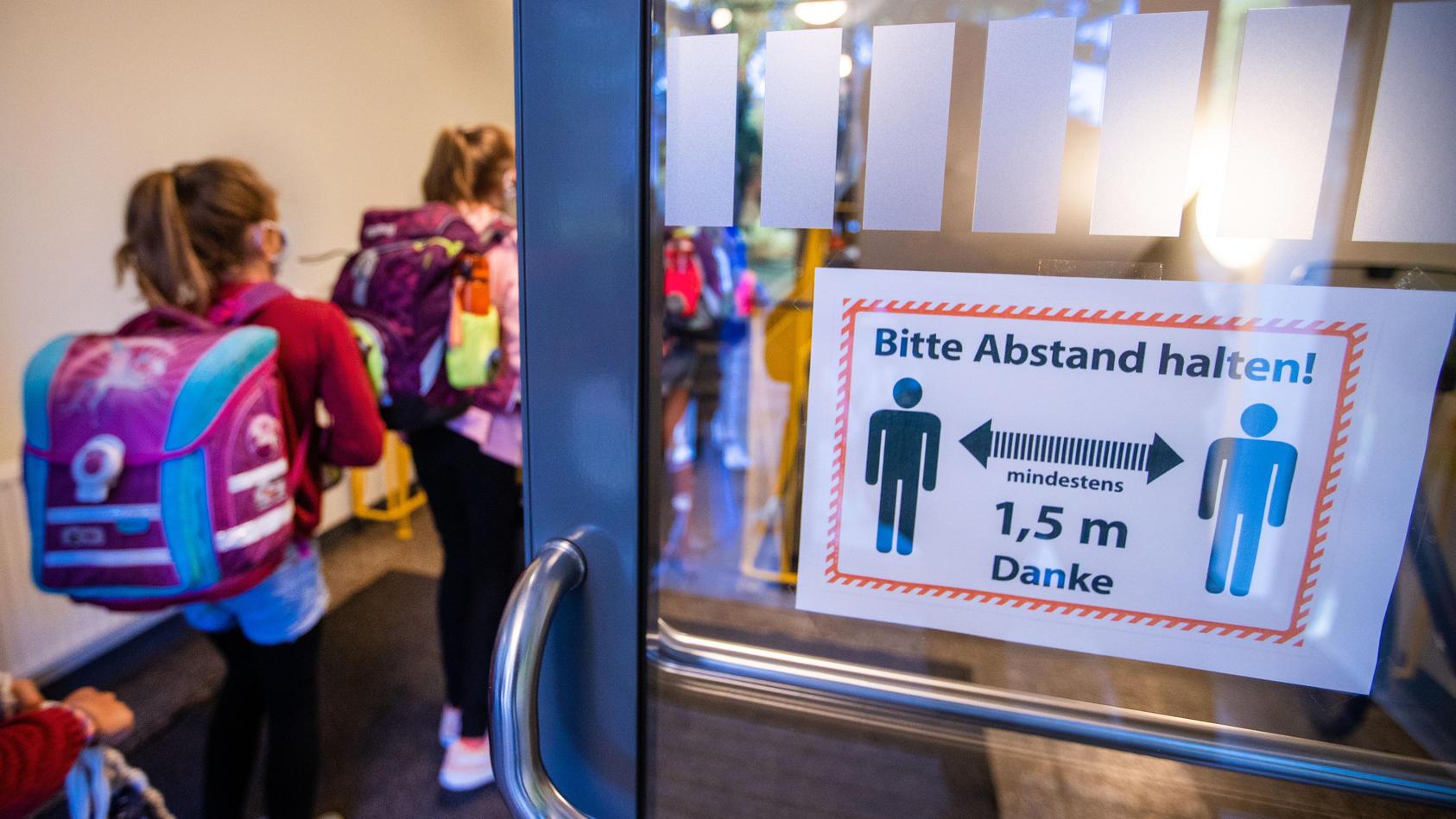 Schuljahresbeginn unter Coronabedingungen: Die ersten beiden Schulen mussten in Mecklenburg-Vorpommern nun schon wieder schließen.
