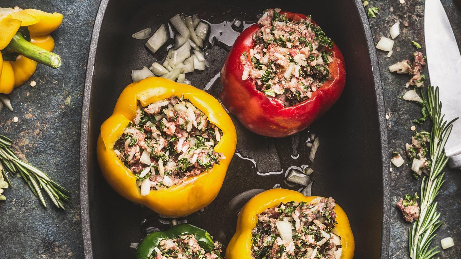 Mit Reis und Gemüse gefüllte Paprika