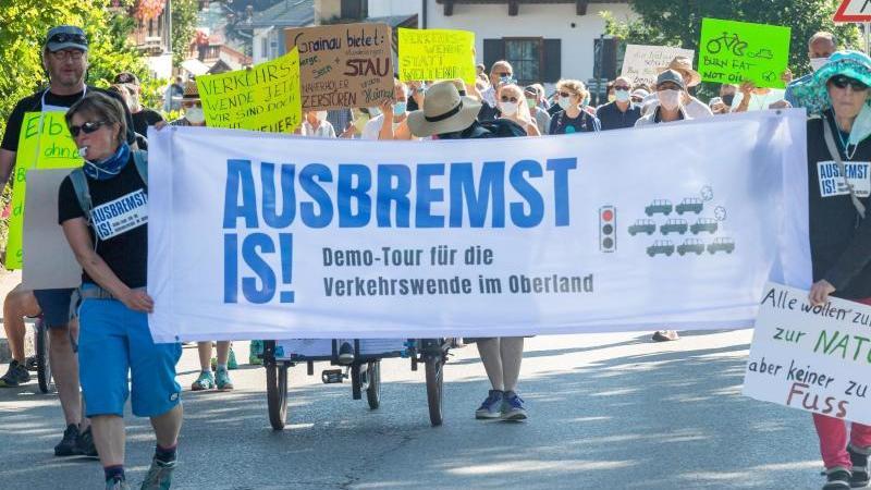 """Teilnehmer der Demonstration unter dem Motto """"Ausbremst is!"""" in Grainau. Foto: Peter Kneffel/dpa"""