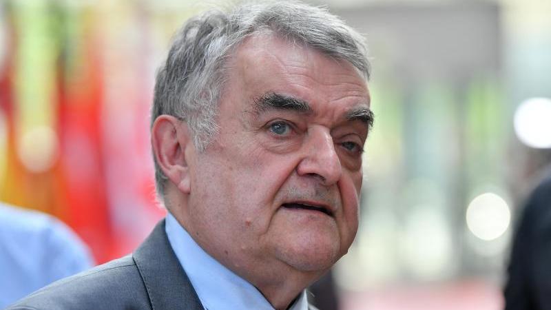 Herbert Reul, der Innenminister von Nordrhein-Westfalen. Foto: Martin Schutt/dpa-Zentralbild/dpa/Archivbild