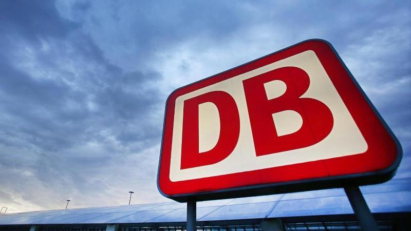 Das Logo der Deutschen Bahn. Foto: Oliver Berg/dpa/Archivbild