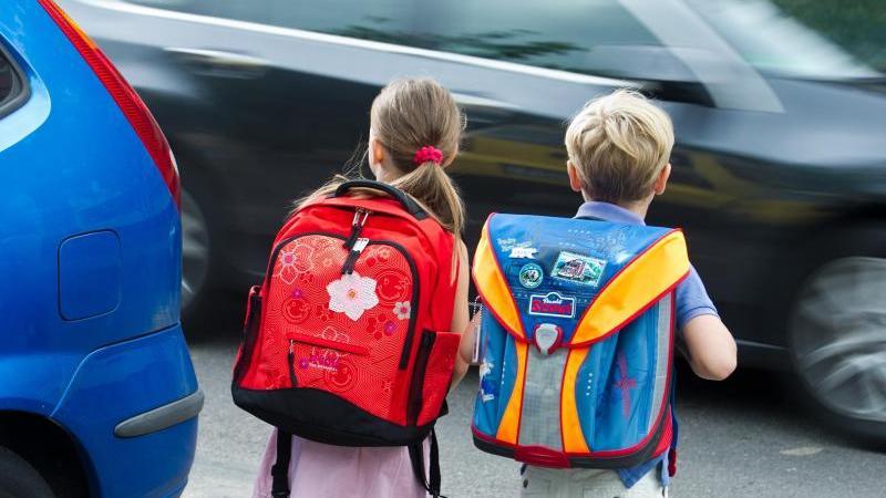 Zwei Kinder mit Schulranzen im Straßenverkehr. Foto: Patrick Pleul/dpa-Zentralbild/dpa/Symbolbild