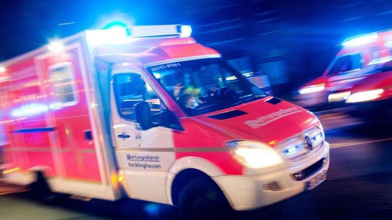 Ein Rettungswagen fährt mit Blaulicht durch eine Straße. Foto: picture alliance/Marcel Kusch/dpa/Illustration