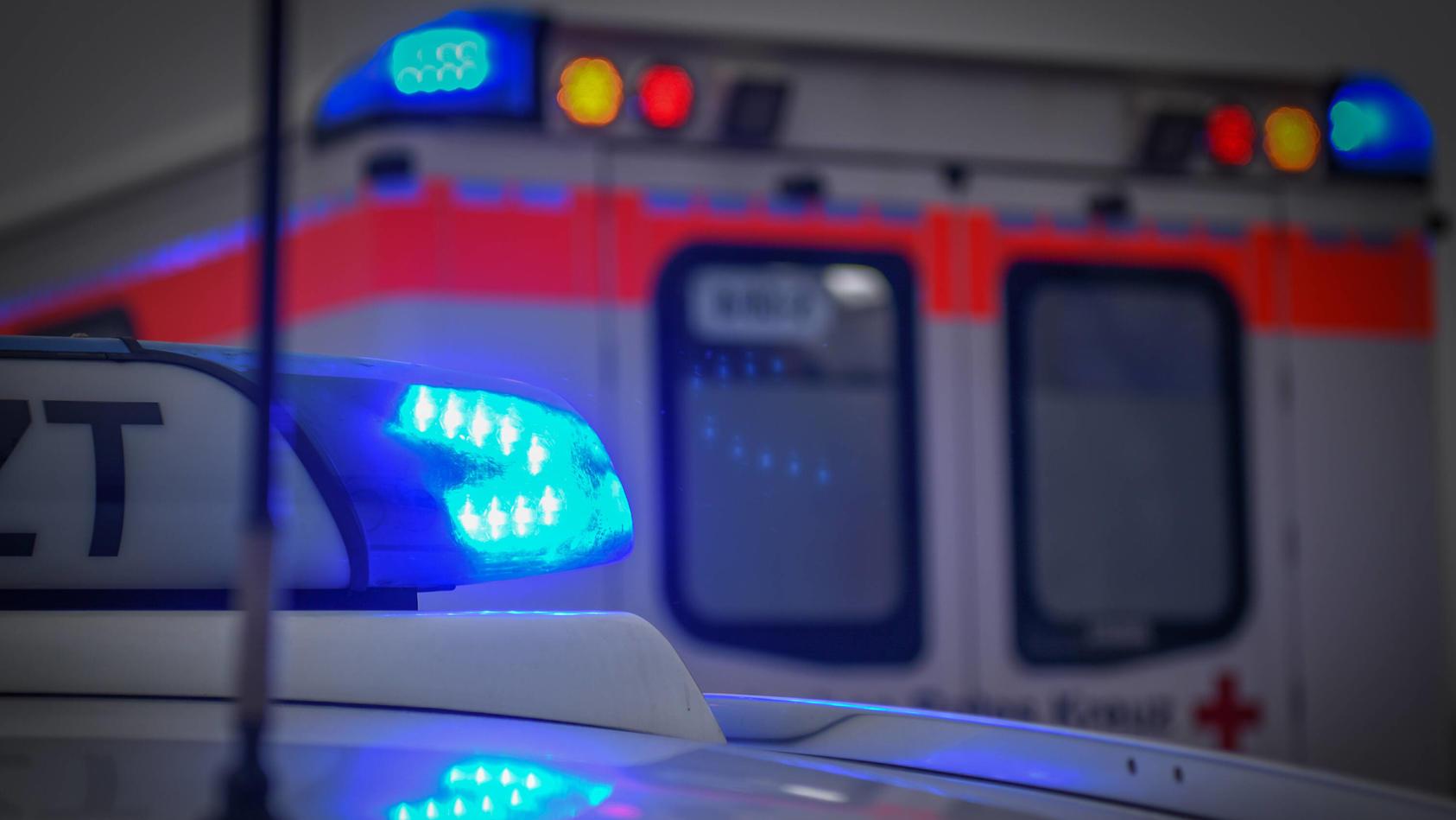 Einsatzfahrzeug mit Blaulicht, Ein Einsatzfahrzeug mit eingeschaltetem Blaulicht steht an einer Unfallstelle. Mögglinge
