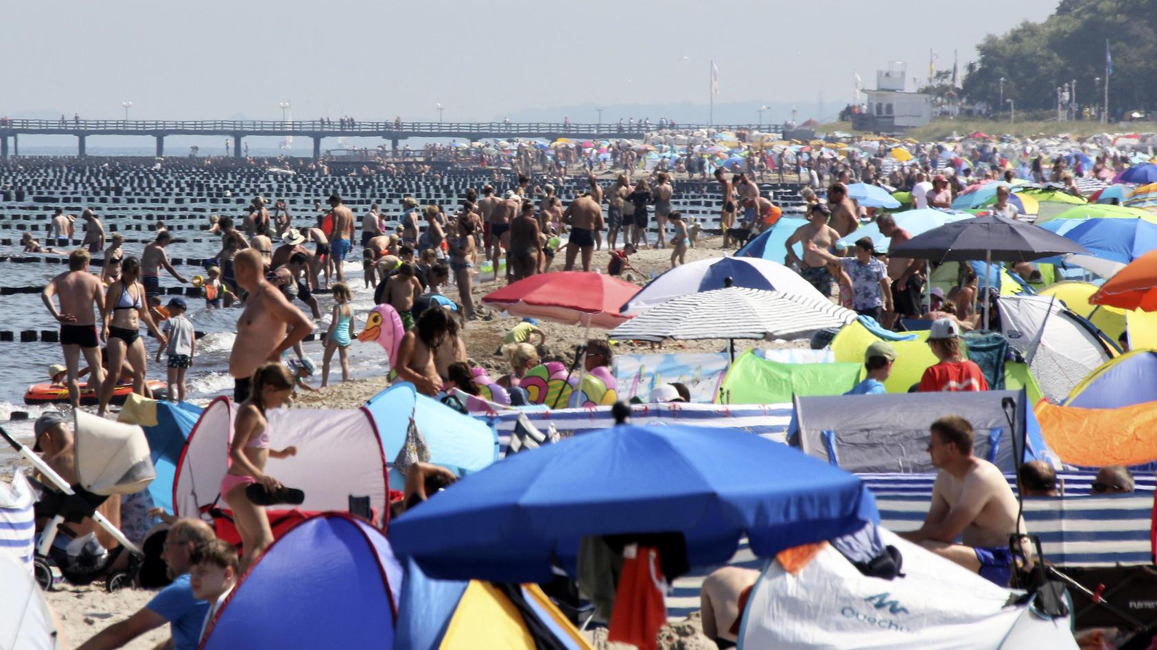 Ein voller Strand in Kuehlungsborn an der Ostsee: In der Hitze zieht es die Menschen ans Wasser.