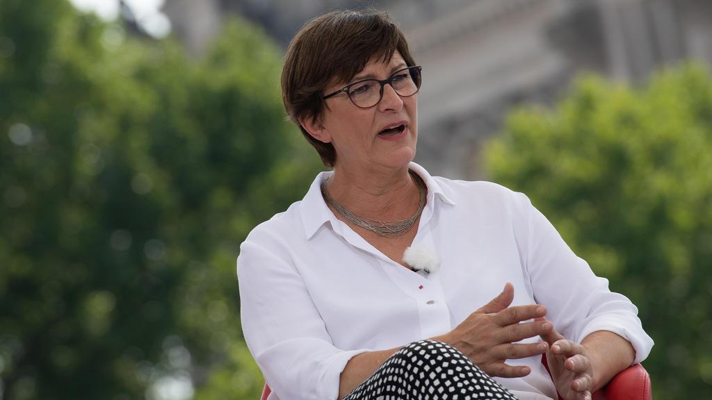 09.08.2020, Berlin: Die SPD-Bundesvorsitzende Saskia Esken äußert sich im ARD-Sommerinterview zur aktuellen Lage ihrer Partei und anderen politischen Themen. Foto: Paul Zinken/dpa-Zentralbild/dpa +++ dpa-Bildfunk +++