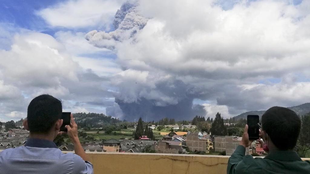 Vulkan Sinabung auf indonesischer Insel Sumatra ausgebrochen