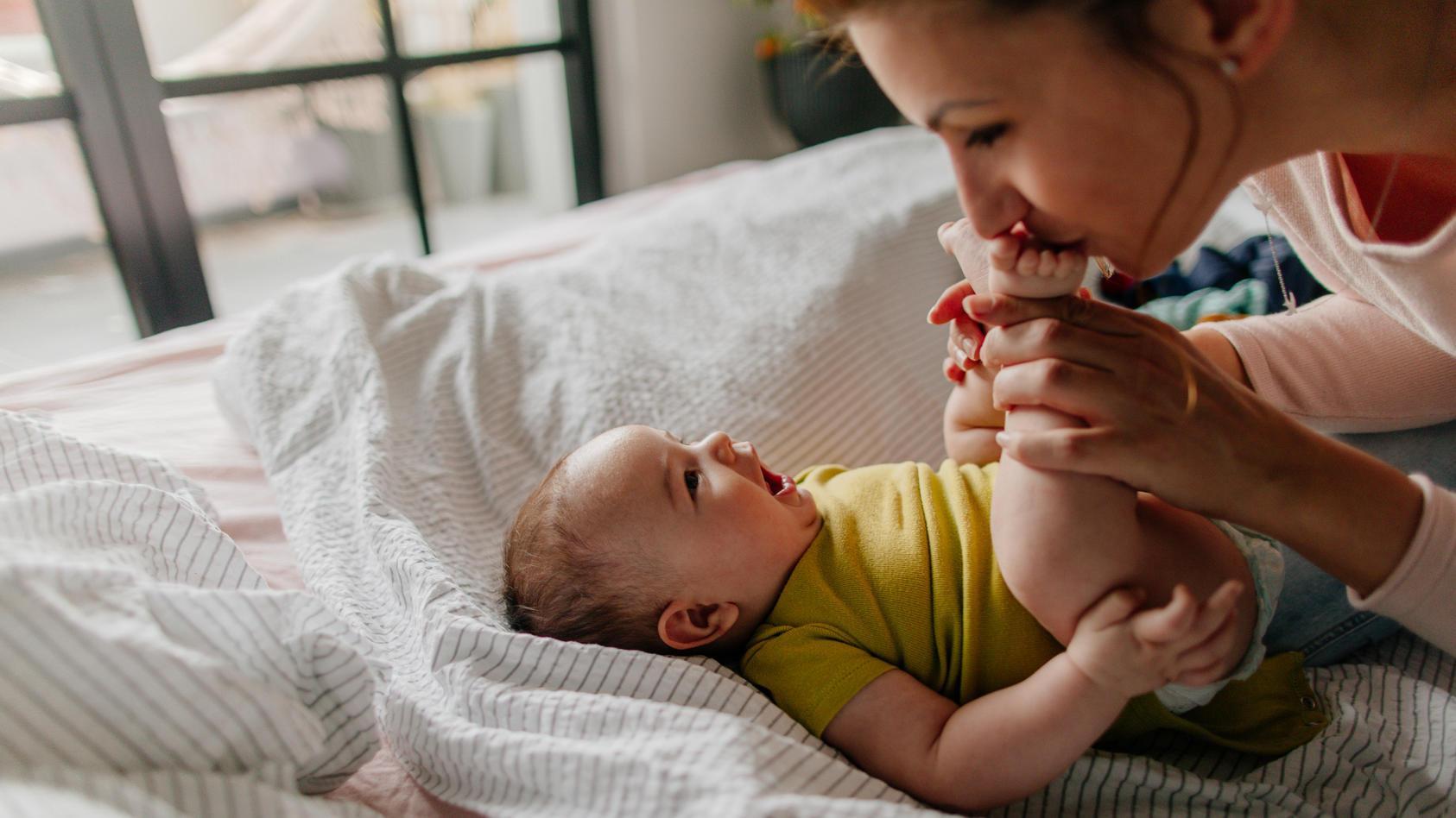 Sie werden so schnell groß: Im dritten Monat der Babyentwicklung entwickeln sich vor allem emotionale Fähigkeiten weiter und stärken die Beziehung zwischen Baby und Eltern.