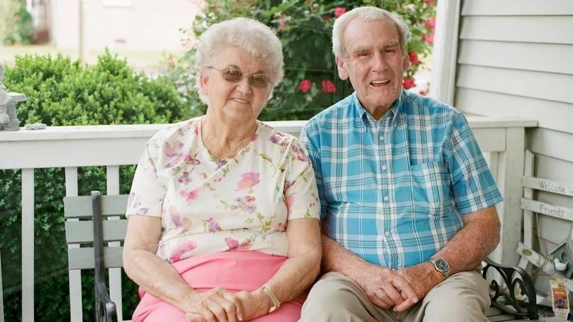 Raymond und Kathleen Atkins sitzen auf einer Bank.
