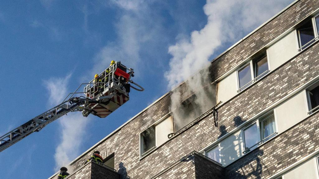 08.08.2020, Hamburg: Die Feuerwehr löscht einen Brand in einem Mehrfamilienhaus. Dank des couragierten Einsatzes ihres zwölfjährigen Sohnes hat eine siebenköpfige Familie den Brand unverletzt überstanden. Der Junge habe seine zwei Jahre alte Schweste