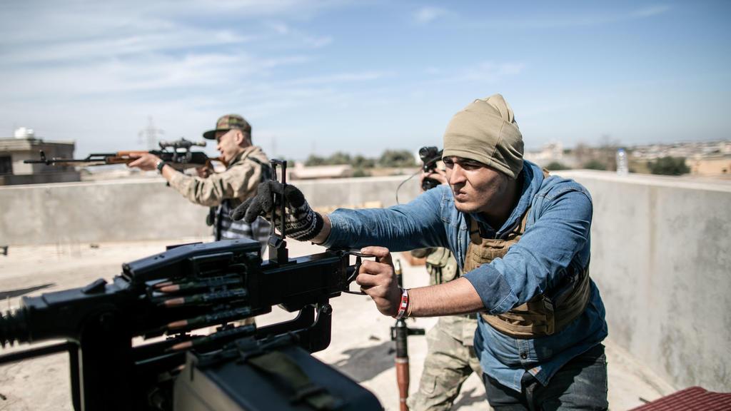 ARCHIV - 13.03.2020, Libyen, Tripolis: Kämpfer der international anerkannten Regierung feuern ihre Waffen auf die Streitkräfte der selbsternannten Libyschen Nationalen Armee. (zu dpa «Verstöße gegen Libyen-Embargo: EU-Länder treiben Sanktionspläne vo