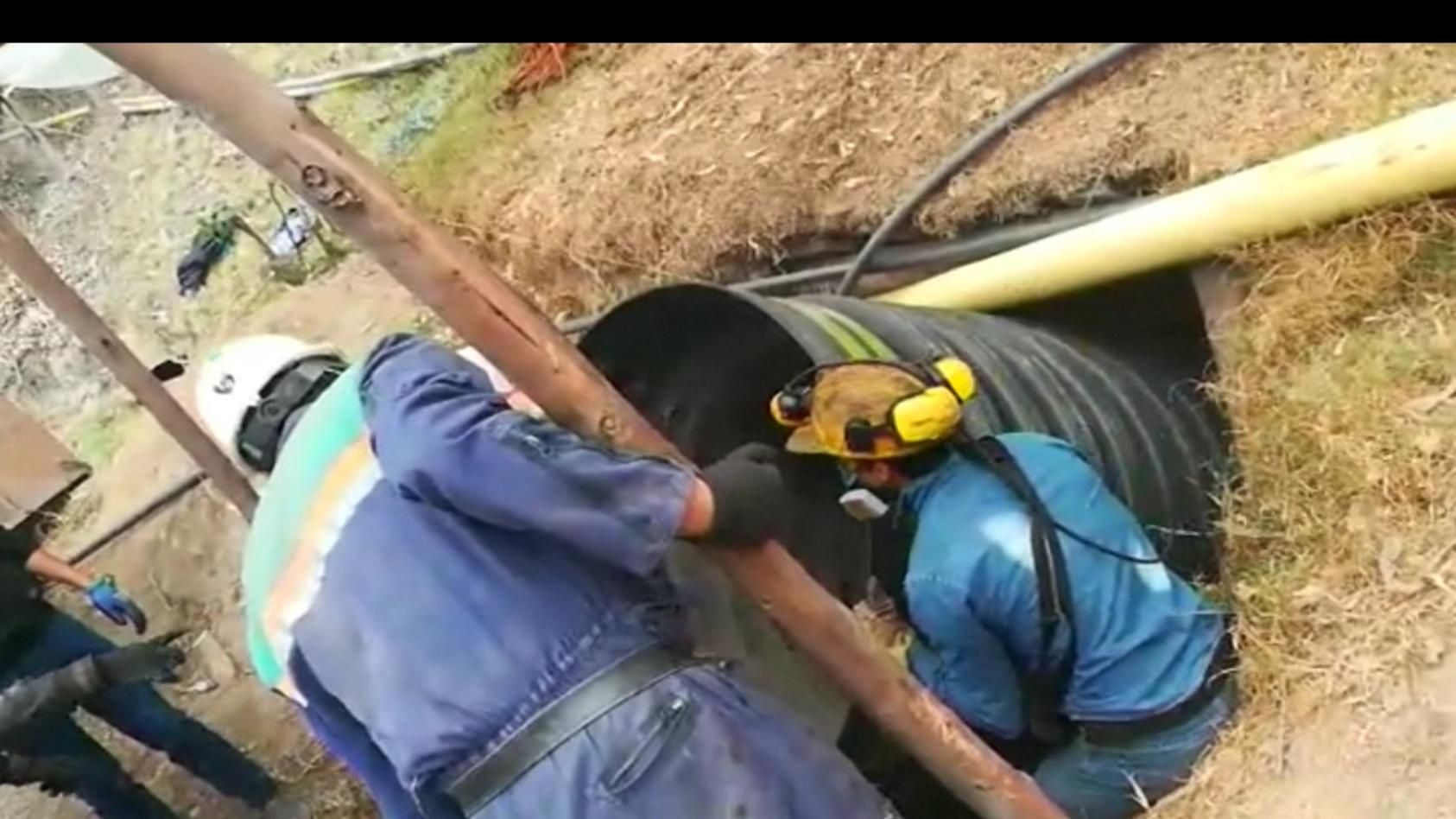 Retter versuchen, vier Menschen aus einem Bergwerk in Kolumbien zu befreien.
