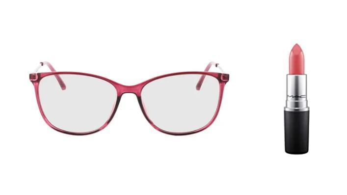 Auffällige Brille von Brille 24 mit farblich passendem MAC Lippenstift.