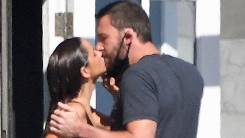Ana de Armas küsst Ben Affleck am Set von Malibu.