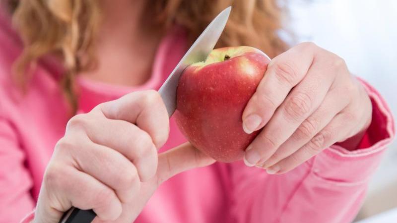 Vorsicht mit dem Apfel: Wer gegen Birkenpollen allergisch ist, könnte beim Verzehr des Obstes ebenfalls allergische Reaktionen zeigen. Foto: Christin Klose/dpa-tmn