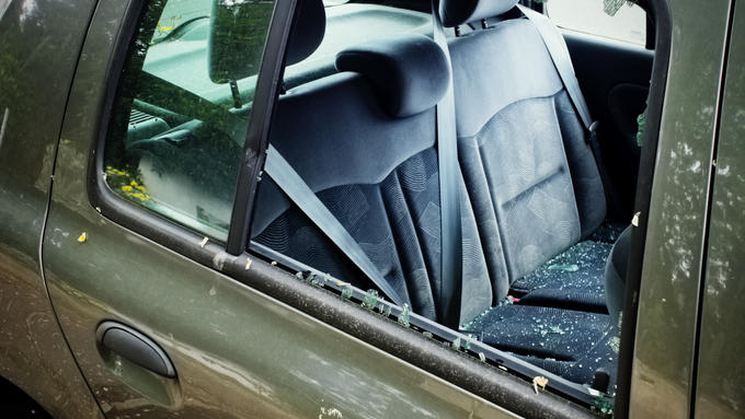 Entdeckt man ein Kind oder ein Tier bei großer Hitze alleingelassen in einem Auto, ist der erste Reflex: Scheibe einschlagen und helfen.