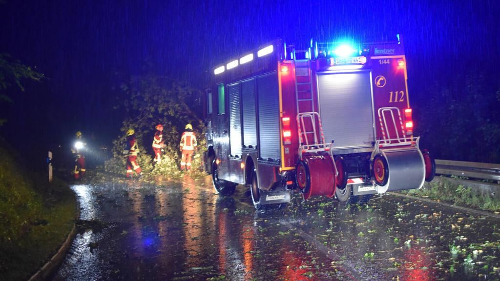 Unwetter bei Gaildorf, Feuerwehrkräfte im Einsatz bei Gaildorf in der Nacht des 12.08.2020. Zahlreiche Straßen und Keller wurden liefen voll, Bäume stürzten um. Auf der Landesstraße zwischen Mittelrot und Fichtenberg hagelte es tausende Hagelkörner.