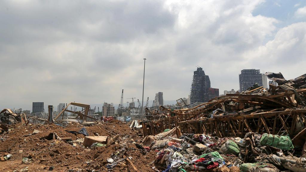12.08.2020, Libanon, Beirut: Müll und Schutt liegen am Ort der Explosion. Eine Woche nach der verheerenden Explosion im Hafen von Beirut steigt die Zahl der Toten weiter an. Foto: Marwan Naamani/dpa +++ dpa-Bildfunk +++
