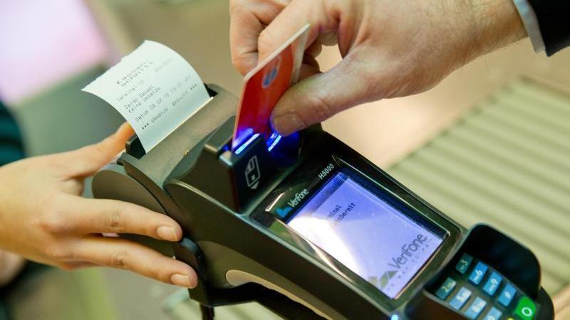 In der Corona-Krise bezahlen Verbraucher häufiger per Karte. Doch das kann schnell zu Zusatzkosten führen. Foto: Daniel Karmann/dpa