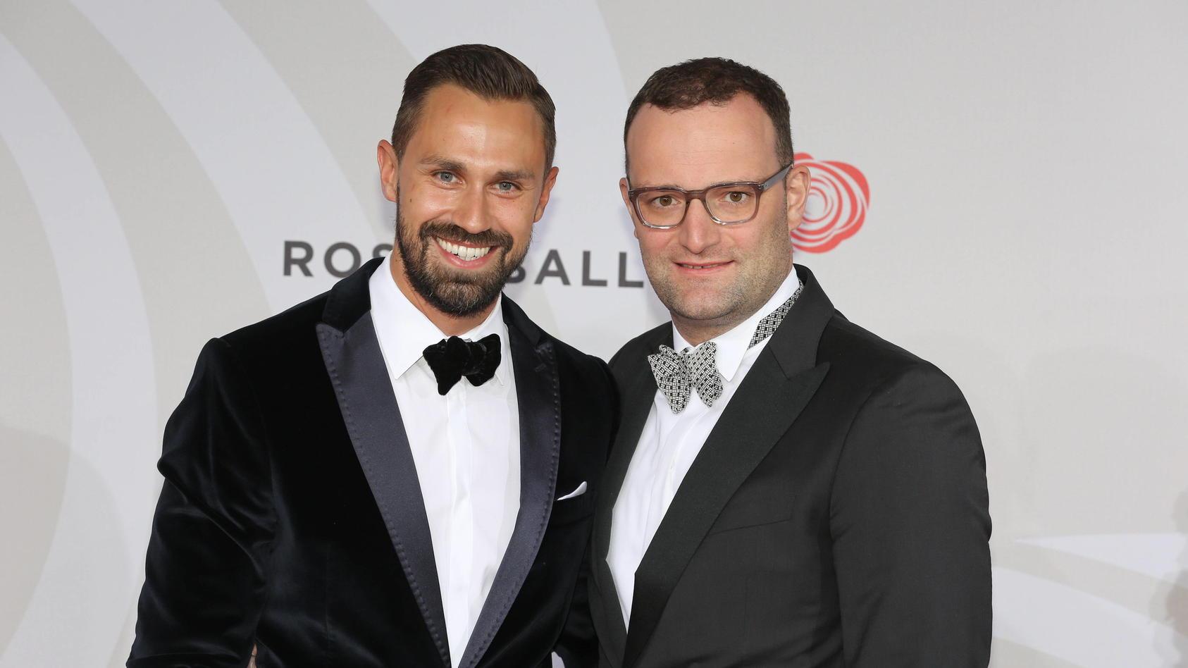 Daniel Funke und Freund Jens Spahn auf dem roten Teppich zum Bertelsmann Rosenball 2016,