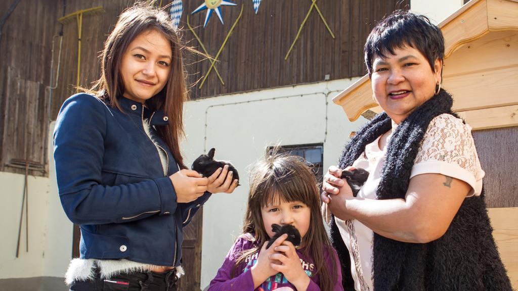 Narumol und ihre Töchter: Jenny und die kleine Jorafina.
