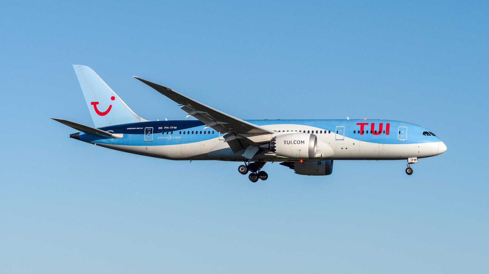 TUI mit Boeing 787-8 Dreamliner im Anflug auf Amsterdam Schiphol. *** TUI with Boeing 787 8 Dreamliner on approach to A