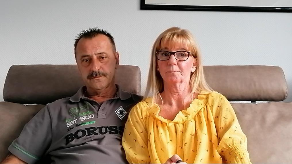 Simone und Wolfgang Holzmüller auf ihrer Couch.