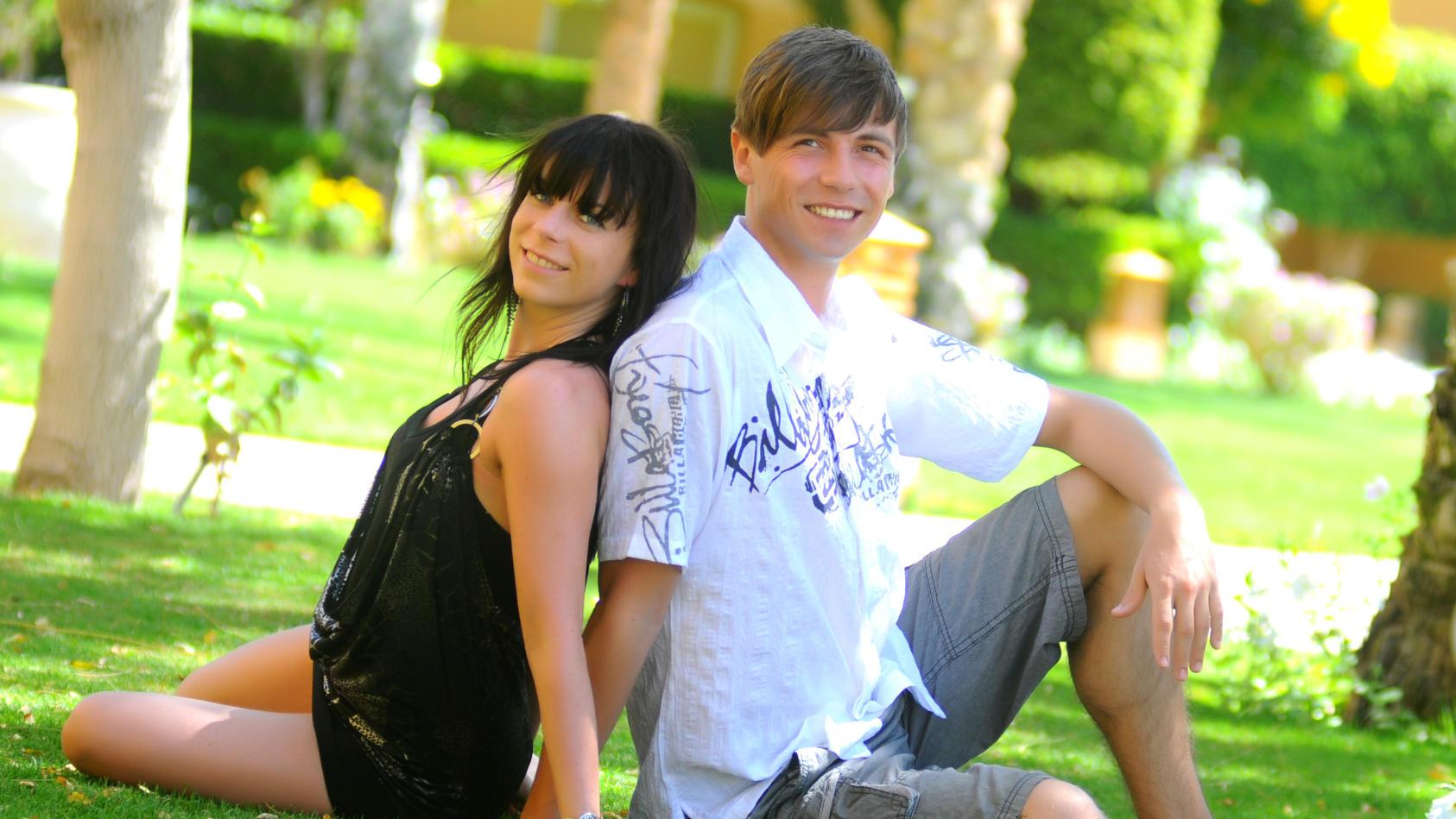 Janina und Benjamin sind schon lange ein Paar. Ihr Hochzeitstag wird gleichzeitig das 8-jährige Jubiläum ihrer Beziehung sein.