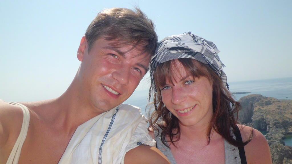 Pärchen macht selfie vor Gebirgslandschaft