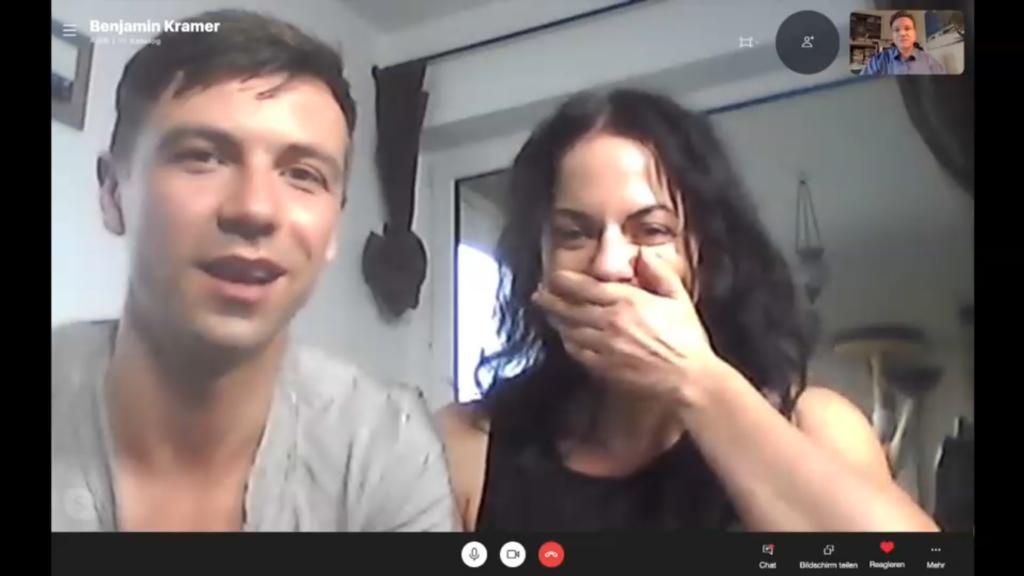 Mann und Frau freuen sich in Skypevideo