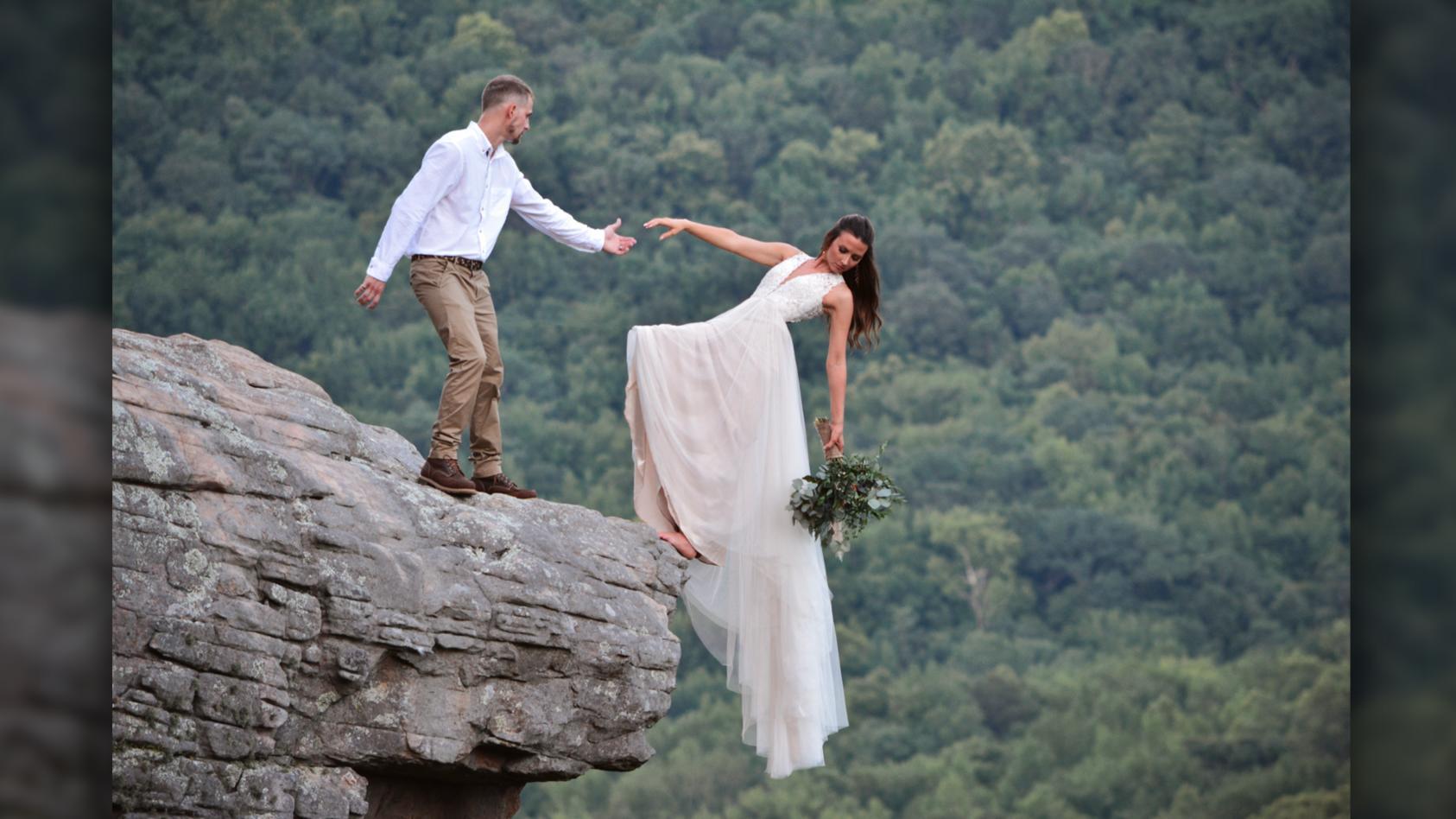 Hoffentlich sind die schwindelfrei! Paar posiert an beeindruckender Klippe.