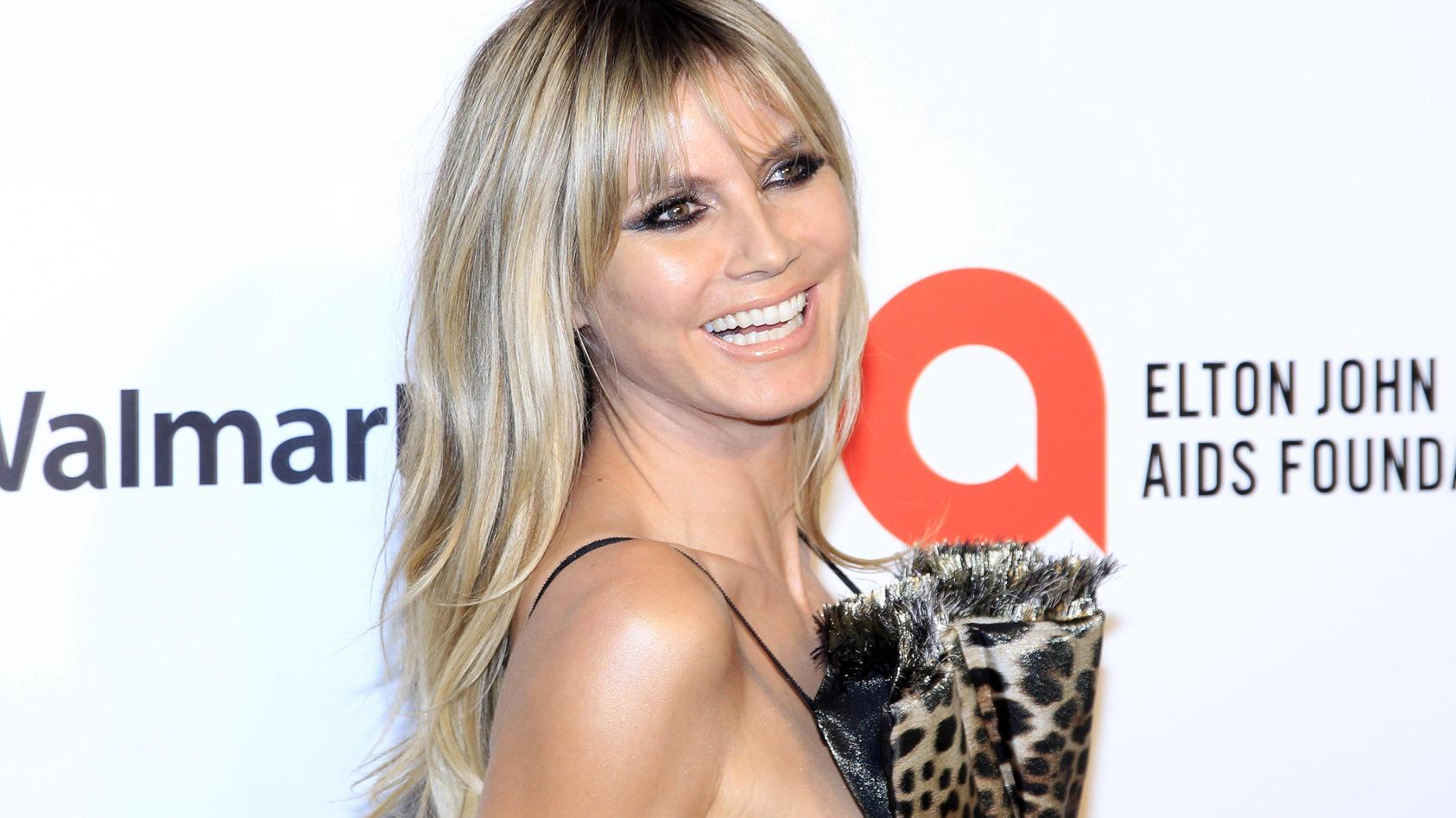 Model Heidi Klum ist das happy Grinsen ins Gesicht geschnitten.