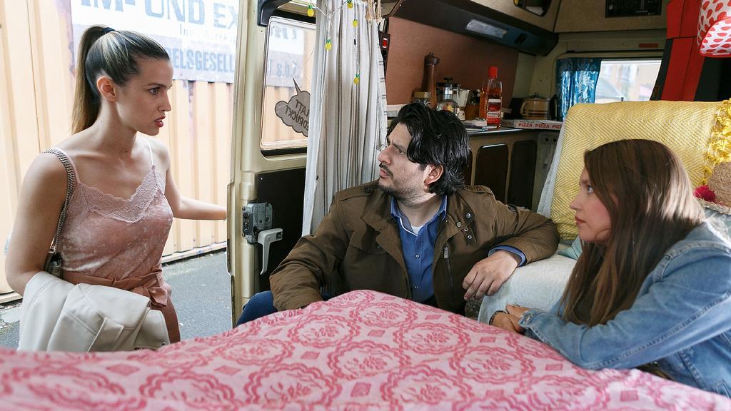 AWZ: Nathalie (Amrei Haardt, r.) und Maximilian (Francisco Medina) werden von Chiara (Alexandra Fonsatti) erwischt.