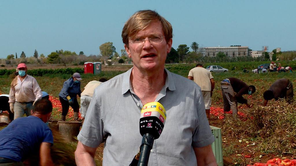 RTL-Korrespondent Udo Gümpel war bei der Tomatenernte in Nardo dabei.