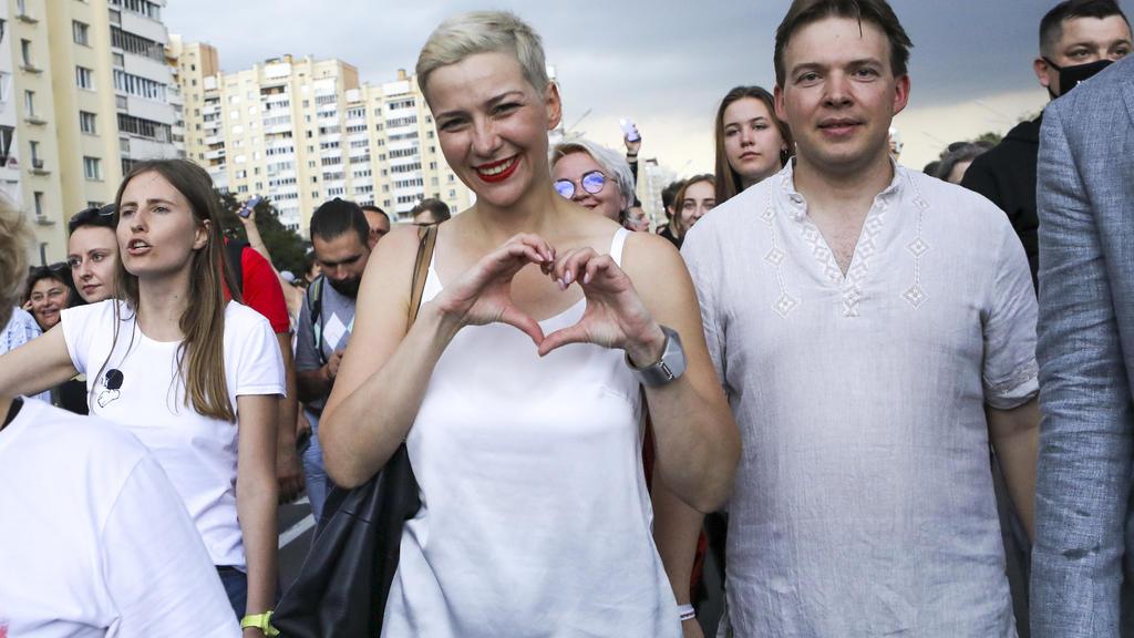 ARCHIV - 30.08.2020, Belarus, Minsk: Maria Kolesnikowa, eine der Oppositionsführerinnen von Belarus (M) formt ihre Hände zu einem Herz beieiner Kundgebung in Minsk. Kolesnikowa, eine professionelle Flötenspielerin ohne politische Erfahrung, wurde zu