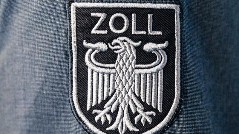 Das Wappen des Zolls ohne die Bundesfarben ist auf der Arbeitsuniform eines Beamten angebracht. Foto: Markus Scholz/dpa/archiv