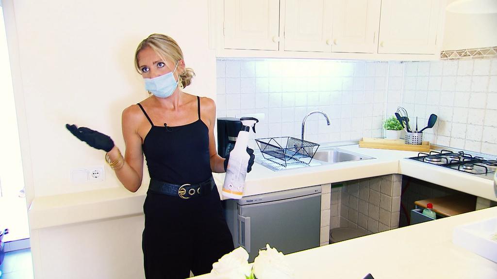 Nadja Prinz putzt in einem ihrer Bungalows auf Formentera