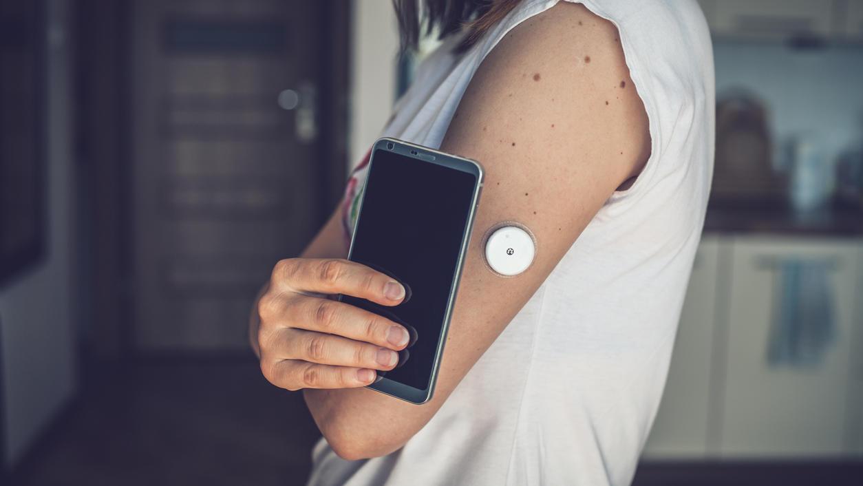 Eine Frau misst ihren Glukusespiegel mittel Chip und Smartphone-App. (Foto: Symboldbild)