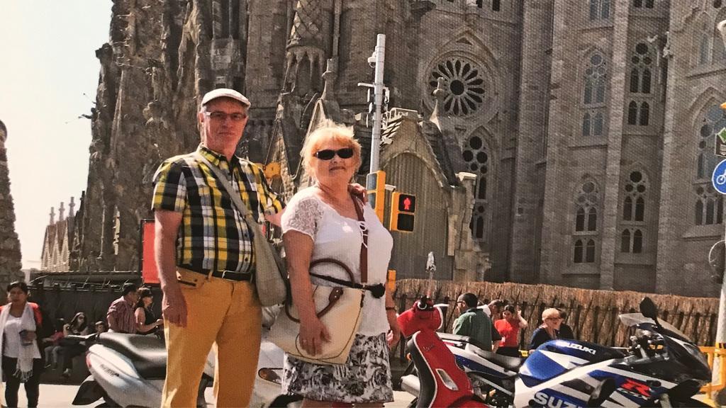 Älteres Ehepaar steht vor Kathedrale