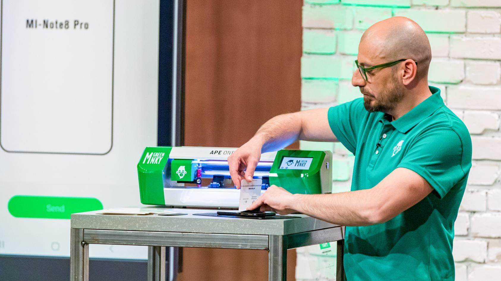 """Die Schutzfolien von """"Green MNKY"""" sollen das Geschäft von Handyshops revolutionieren - und dabei jede Menge Müll einsparen."""