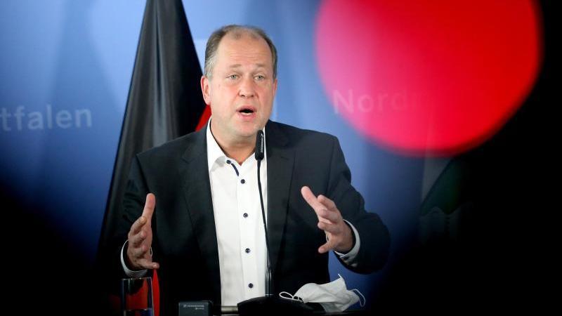 NRW-Vize-Ministerpräsident Joachim Stamp (FDP) spricht zu Journalisten. Foto: Roland Weihrauch/dpa/Archivbild