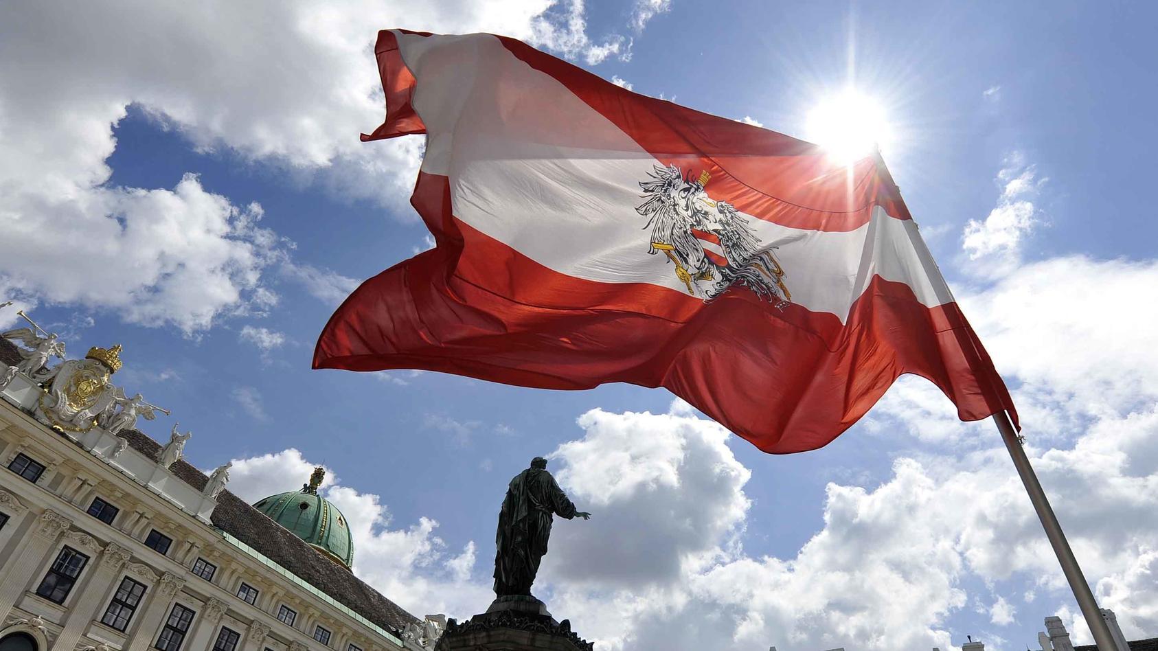 Es werde geprüft, ob nur über Wien oder möglicherweise ganz Österreich eine Reisewarnung verhängt werden soll.