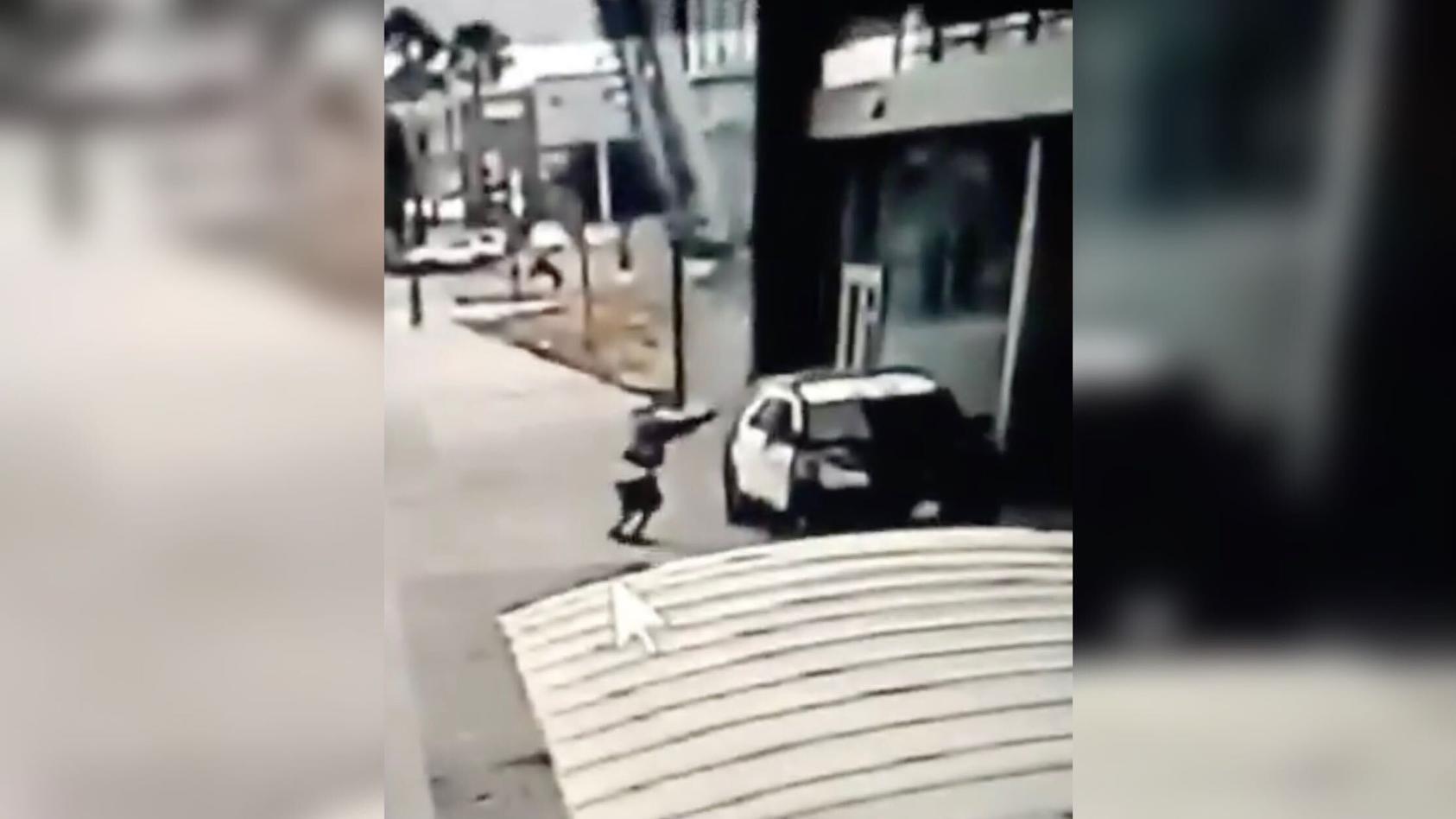 Auf einem Video, das die Polizei veröffentlichte, ist zu sehen, wie sich eine Person dem Streifenwagen nähert, ohne Wortwechsel ins Innere schießt und anschließend wegrennt.