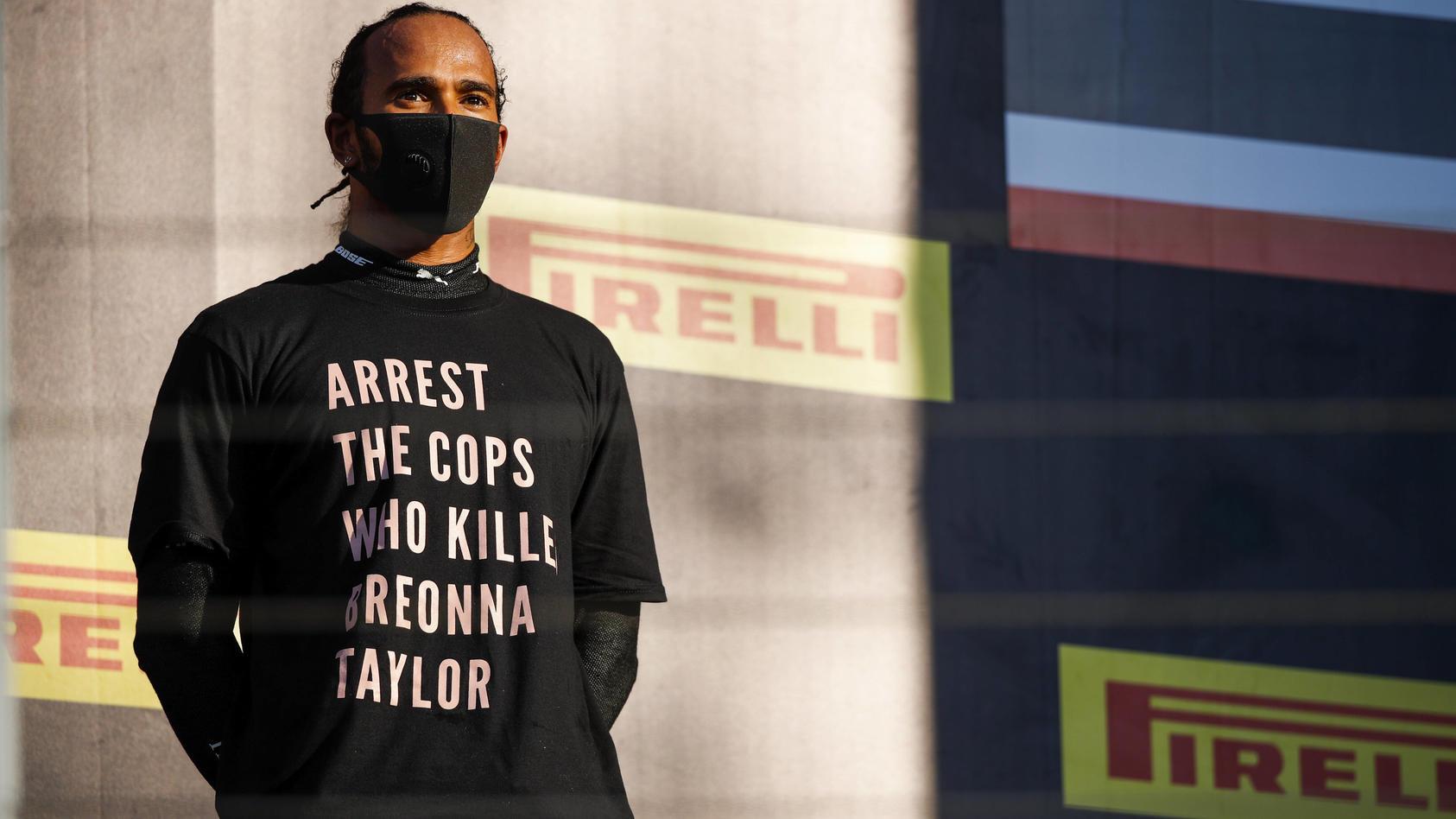 Lewis Hamilton mit politischem Statement auf dem Podium.